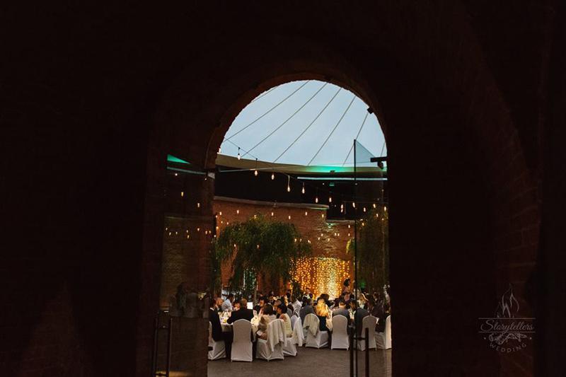 bordowe dekoracje ślubne  dekoracja lampki wesele