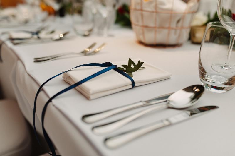 bordowe dekoracje ślubne  dekoracja serwetki ślub