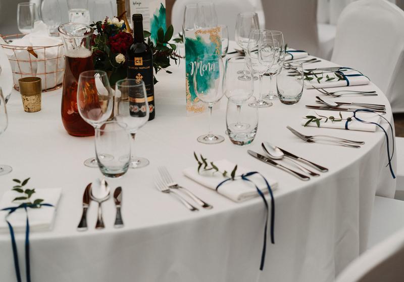 bordowe dekoracje ślubne dekoracja stoły gości bordo
