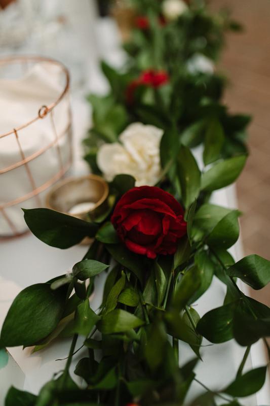 bordowe dekoracje ślubne girlanda stół młodych warszawa