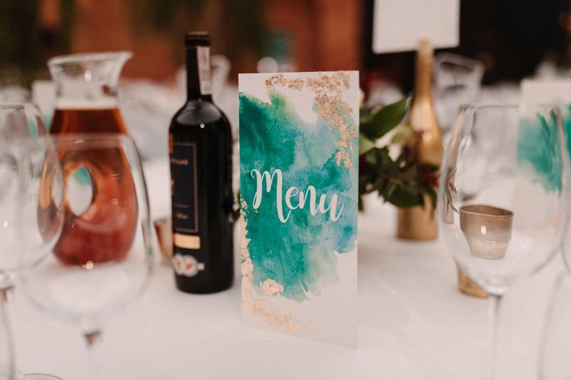 bordowe dekoracje ślubne  menu weselne