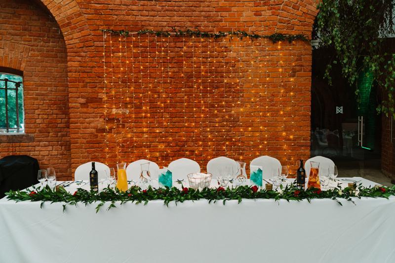 bordowe dekoracje ślubne  stół prezydialny bordo dekoracja