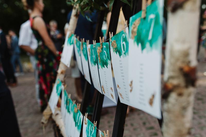 bordowe dekoracje weselne  tablica rozpiska gości