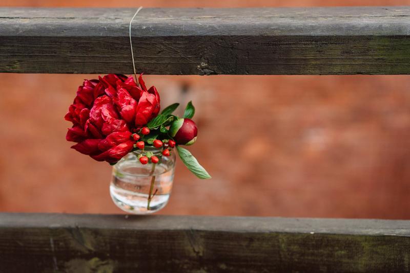 dekoracje bordo ślub wiszące kwiaty bordo