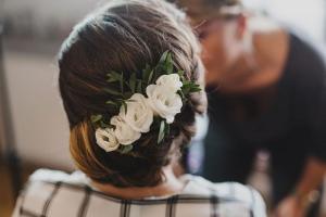 kwiaty we włosy ślub