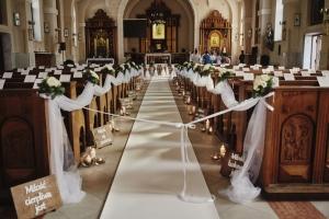 biały dywan kościół ślub