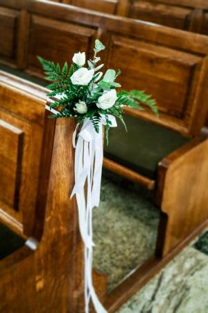 dekoracja ławki białe kwiaty ślub