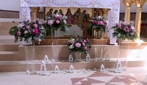 dekoracja ołtarza fuksja ślub