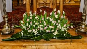 dekoracja ślubna kościoła tulipany