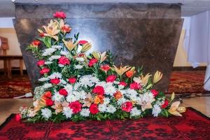dekoracje ślubne goździki kościół