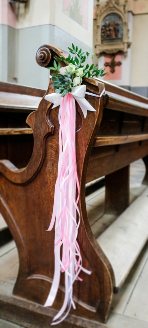 ślub dekoracja ławki kościół sukulenty