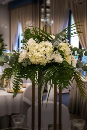 biel zieleń złoto biało zielone dekoracje weselne