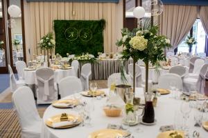 biel zieleń złoto dekoracja na wesele biało zielone dekoracje weselne
