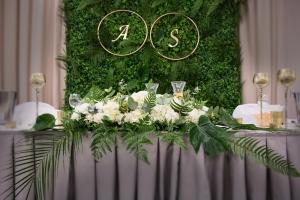 dekoracja sali weselnej stół młodych biało zielone dekoracje weselne