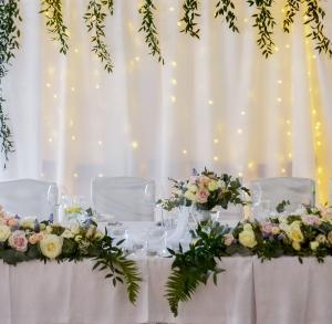 dekoracja stołu młodych róże szafirki