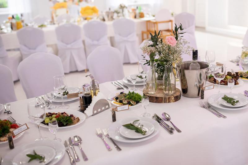 dekoracja weselna pieńki goździki