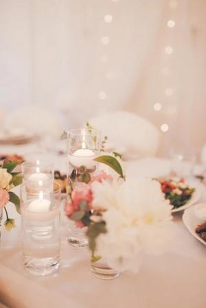 peonie świece pływające dekoracje wesele