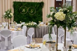 zielona ścianka dekoracja sali weselnej biało zielone dekoracje weselne