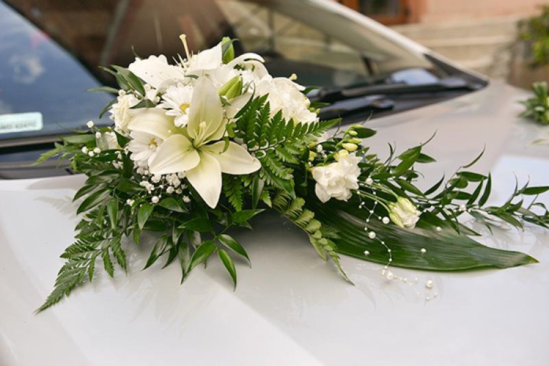 dekoracja auta do ślubu lilie