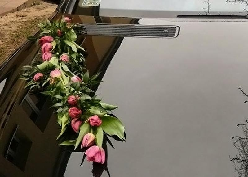 tulipany dekoracja samochodu