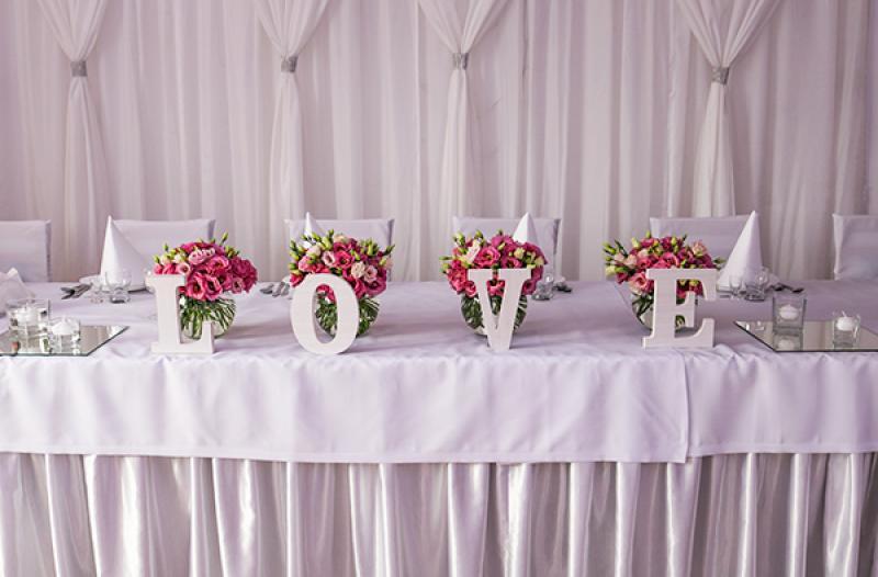 dekoracja sali weselnej warszawa stół młodych eustoma