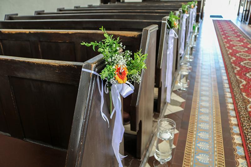 dekoracja ławek na ślub warszawa gerbera