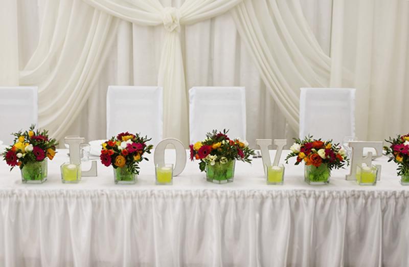 love dekoracja ślubna warszawa stołu młodych gerbera