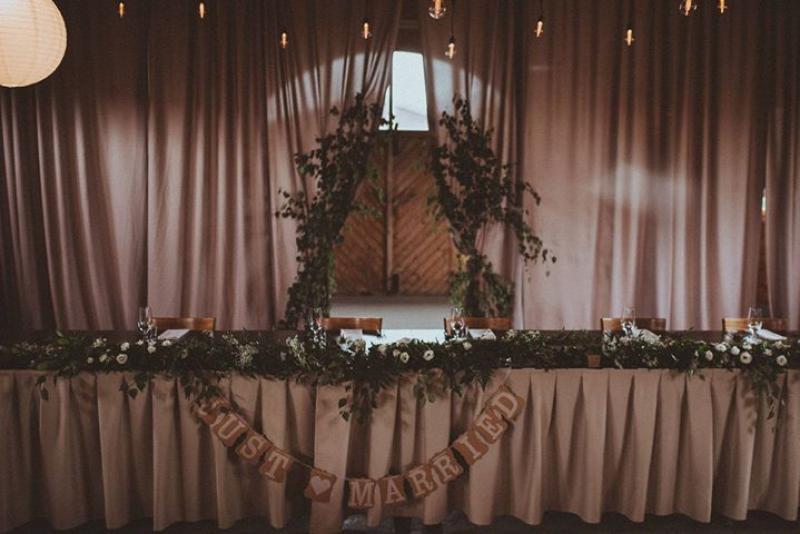 dekoracje ślubne boho  stół pary młodej girlanda