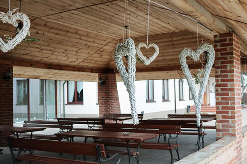 dekoracja altany serca rattan wesele