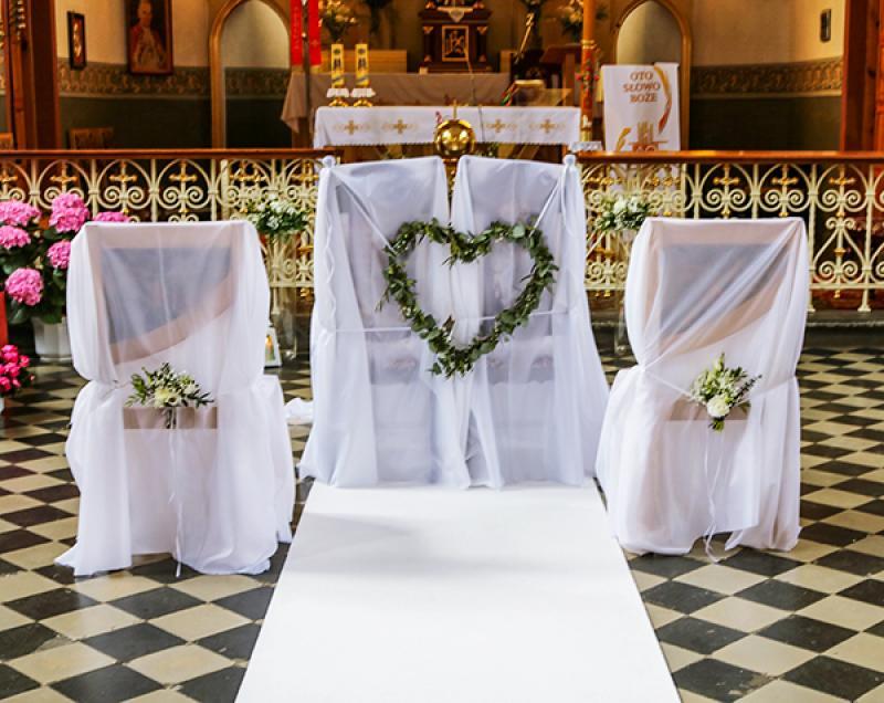 dekoracja krzeseł kościół greenery