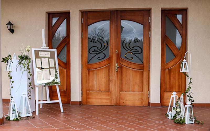 dekoracja wejścia sala weselna greenery