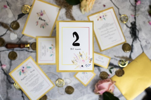 numer-stolu-kwiaty-piora