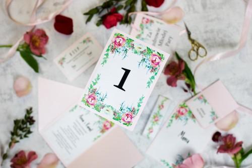 numer-stolu-rozowe-kwiaty-perlowe