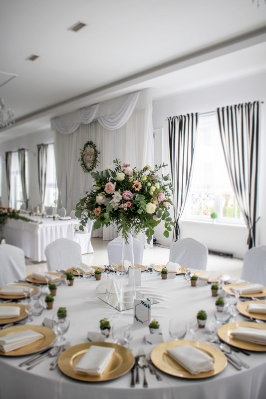 pastelowe dekoracje weselne z eukaliptusem