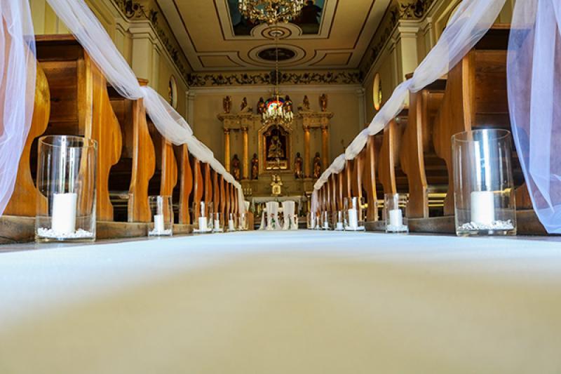 dekoracja kościoła ślub warszawa  biały dywan