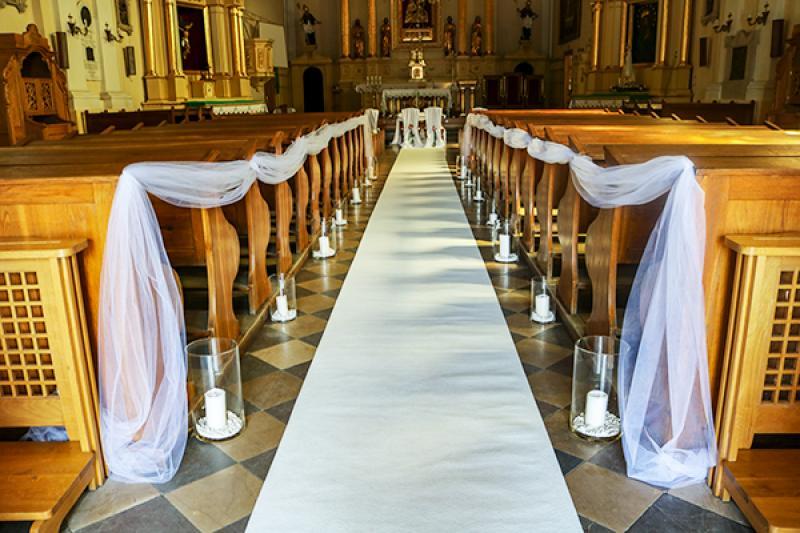 dekoracja kościoła warszawa tiul biały dywan