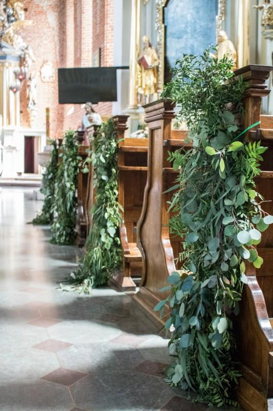 girlanda eukaliptusy ślub kościół pastelowe dekoracje ślubne z eukaliptusem