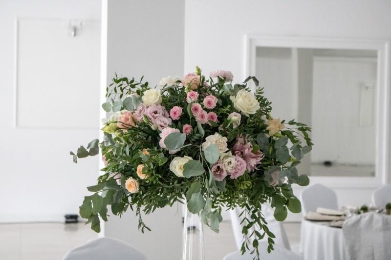 pastelowe kwiaty dekoracja weselna pastelowe dekoracje weselne z eukaliptusem