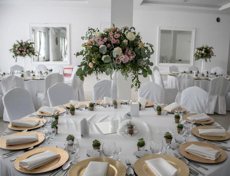 pastelowo zielona dekoracja na wesele pastelowe dekoracje weselne z eukaliptusem
