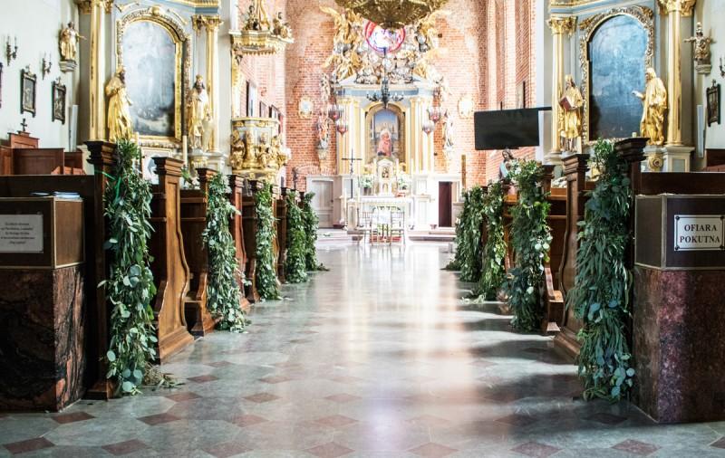 warszawa dekoracja kościoła ślub pastelowe dekoracje ślubne z eukaliptusem