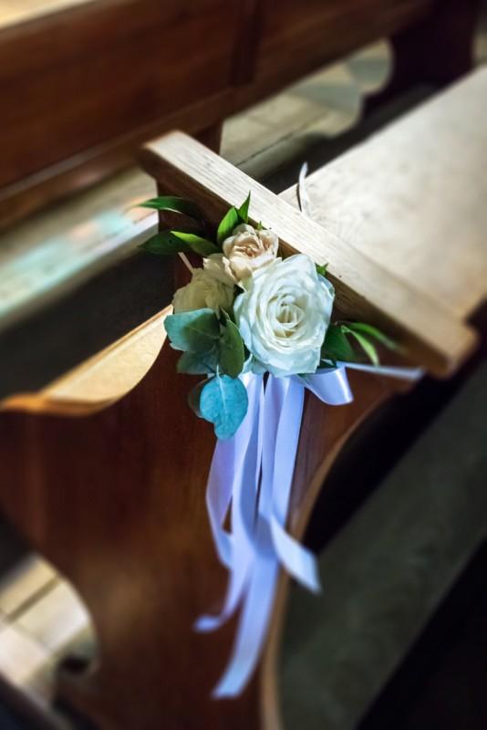 dekoracja ławki ślub róże  różowe dekoracje ślubne