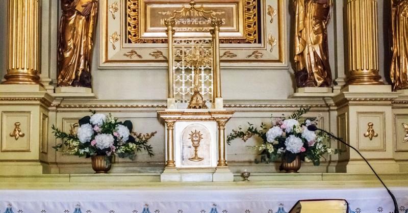 dekoracja na ołtarz hortensja różowe dekoracje ślubne