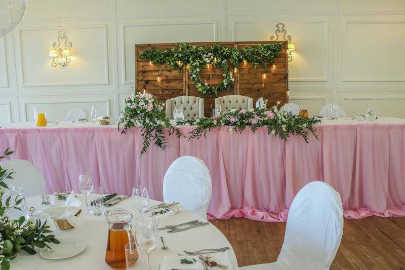 dekoracja stołu młodych różowe dekoracje ślubne