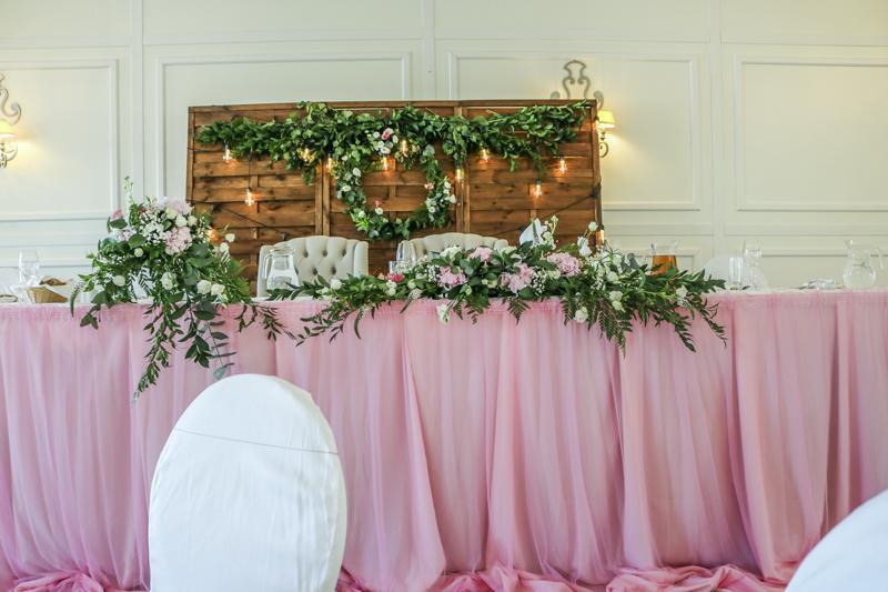 dekoracja stołu prezydialnego różowe dekoracje ślubne