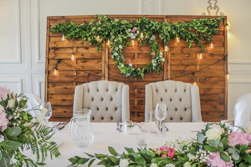 drewniana ścianka wesele różowe dekoracje weselne