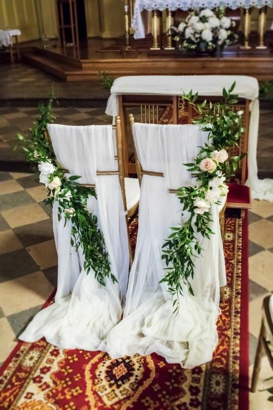 ruskus dekoracja krzeseł ślub różowe dekoracje ślubne