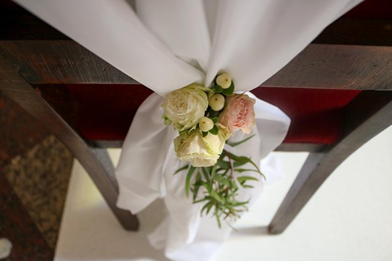 kwiaty na krzesłach ślub