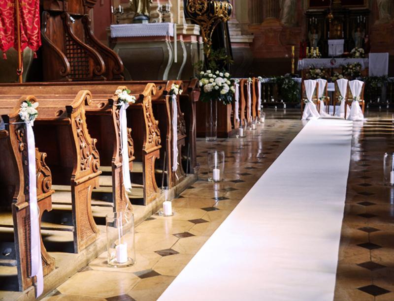kosciol-dekoracja-bialy-dywan