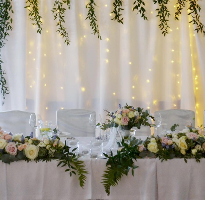 stol-pary-mlodej-kwiaty-dekoracja