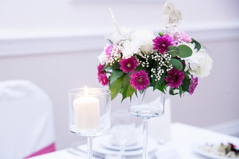 dekoracja stołu gości warszawa różowe kwiaty